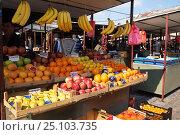Купить «Фрукты на рынке. Белград, Сербия», фото № 25103735, снято 17 марта 2016 г. (c) Охотникова Екатерина *Фототуристы* / Фотобанк Лори