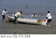 Купить «Men pushing a local fishing boat up the beach, Mexico.», фото № 25111559, снято 18 января 2020 г. (c) Nature Picture Library / Фотобанк Лори