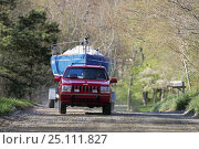 Купить «Red jeep towing a yacht on a trailer.», фото № 25111827, снято 21 августа 2018 г. (c) Nature Picture Library / Фотобанк Лори