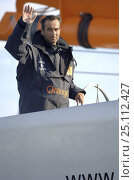 """Купить «Bruno Peyron waving from the helm of the maxi-catamaran """"Orange II"""", after breaking the Jules Verne Trophy record. """"Orange II"""" completed the circumnavigation...», фото № 25112427, снято 16 августа 2018 г. (c) Nature Picture Library / Фотобанк Лори"""
