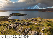 View of Ard Neakie and the tombolo connecting it to the mainland, Loch Erriboll, Sutherland, Scotland, UK, December 2014. Стоковое фото, фотограф SCOTLAND: The Big Picture / Nature Picture Library / Фотобанк Лори