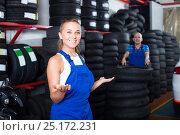 Купить «technician woman in overalls standing in car workshop indoors», фото № 25172231, снято 22 августа 2018 г. (c) Яков Филимонов / Фотобанк Лори