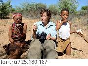 Купить «Female tourist with Naro San woman and girl eating thirst-quenching kombrua root. Kalahari, Ghanzi region, Botswana, Africa. Dry season, October 2014.», фото № 25180187, снято 2 июля 2020 г. (c) Nature Picture Library / Фотобанк Лори