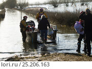 Купить «Rescue boat carrying flood victims to Muchelney during January 2014 floods, Somerset Levels, England, UK, 11th January 2014.», фото № 25206163, снято 15 августа 2018 г. (c) Nature Picture Library / Фотобанк Лори
