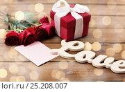 Купить «close up of gift box, red roses and greeting card», фото № 25208007, снято 10 декабря 2015 г. (c) Syda Productions / Фотобанк Лори