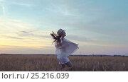 Купить «Happy girl in a field», видеоролик № 25216039, снято 6 декабря 2016 г. (c) Raev Denis / Фотобанк Лори