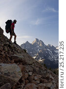 Купить «Backpacker above Lake Solitude near Paintbrush Divide in Grand Teton National Park, Wyoming, July 2013. Model released.», фото № 25217235, снято 23 мая 2018 г. (c) Nature Picture Library / Фотобанк Лори