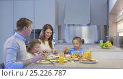 Купить «Family with kids in kitchen», видеоролик № 25226787, снято 13 ноября 2019 г. (c) Raev Denis / Фотобанк Лори