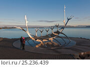 Купить «People looking at Sun-Craft sculpture in the shape of a Viking ship on coat, Reykjavik, Iceland 2006», фото № 25236439, снято 20 августа 2018 г. (c) Nature Picture Library / Фотобанк Лори