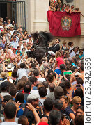 Купить «Man riding a black Menorquin stallion, performing the bot or walking courbette of the Doma Menorquina, during the festival Mare de Deu de Gracia, in Mahon...», фото № 25242659, снято 14 декабря 2017 г. (c) Nature Picture Library / Фотобанк Лори