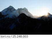 Everest (8848m), Lhotse (8501m) and Makalu (8463m) seen at sunrise from Gokyo Ri (5360m)  Sagarmatha National Park (World Heritage UNESCO). Khumbu / Everest Region, Nepal, Himalaya, October 2011. Стоковое фото, фотограф Enrique Lopez-Tapia / Nature Picture Library / Фотобанк Лори
