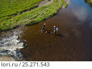 Купить «Scientist Kenny Galt (right) and assistant Fraser Brown electro fishing for Atlantic salmon (Salmo salar) and Brown trout (Salmo trutta) parr on the River...», фото № 25271543, снято 23 мая 2018 г. (c) Nature Picture Library / Фотобанк Лори