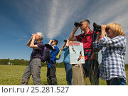 Купить «Birdwatchers watching Red Kite in the Urban Red Kite area of the Derwent Valley, Gateshead, Tyne and Wear, UK, on the edge of Tyneside following on from...», фото № 25281527, снято 16 июля 2018 г. (c) Nature Picture Library / Фотобанк Лори