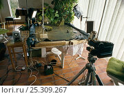 Купить «Equipment used by Stephen Dalton for photographing leaping leopard frog.  Camera, flashes and mock-up of water habitat is shown. UK.», фото № 25309267, снято 17 марта 2018 г. (c) Nature Picture Library / Фотобанк Лори