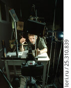 Купить «Photographer Stephen Dalton setting up photographic equipment to capture images of jumping spiders. The macro studio set up is shown, with camera and flashes. UK.», фото № 25310839, снято 16 декабря 2017 г. (c) Nature Picture Library / Фотобанк Лори
