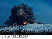 Lightning effects in the ash plume from the Eyjafjallajokull volcano eruption, Iceland, April 2010. Стоковое фото, фотограф Orsolya Haarberg / Nature Picture Library / Фотобанк Лори