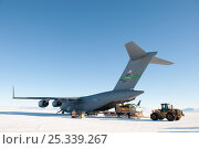 Купить «Unloading equipment from the US Military aeroplane, C17 Globemaster, parked on the Pegasus White Ice Runway, McMurdo Sound, Ross Sea, Antarctica, November 2008», фото № 25339267, снято 22 июля 2018 г. (c) Nature Picture Library / Фотобанк Лори