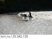Купить «Surfers ride the bore. Severn Estuary. England, August 2009», фото № 25342135, снято 15 августа 2018 г. (c) Nature Picture Library / Фотобанк Лори