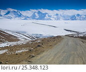 Купить «Road crossing the Tibetan plateau, Himalayan peaks around 7,000m in background, Tibet, November 2005», фото № 25348123, снято 23 января 2018 г. (c) Nature Picture Library / Фотобанк Лори
