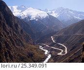 Купить «Freedom Highway linking Tibet to Nepal, Himalayan peaks around 7,000m high in the distance, Tibet, November 2005», фото № 25349091, снято 23 января 2018 г. (c) Nature Picture Library / Фотобанк Лори