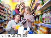 Купить «Parents with two kids choosing soda», фото № 25378555, снято 22 ноября 2018 г. (c) Яков Филимонов / Фотобанк Лори
