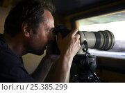 Markus Varesvuo, photographer, in bird hide, Pusztaszer, Hungary, May 2008. Стоковое фото, фотограф Wild Wonders of Europe / Varesvuo / Nature Picture Library / Фотобанк Лори
