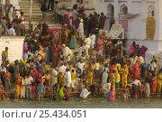 Купить «Hindu pilgrims who have come to the Sarovar or Pushkar Lake with its 52 Ghats to bathe during the Pushkar camel and livestock fair, Pushkar, Rajasthan, India, October 2006», фото № 25434051, снято 27 апреля 2018 г. (c) Nature Picture Library / Фотобанк Лори