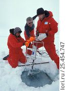 Купить «Researcher Gerhard Dieckmann, Andreas Krell and David Thomas salvage sediment trap on ice floe. ISPOL (ICE Station Polarstern) Expedition 2004/2005 from...», фото № 25454747, снято 16 августа 2018 г. (c) Nature Picture Library / Фотобанк Лори