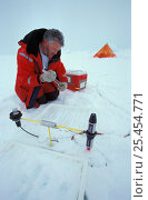 Купить «Researcher Dr. David Thomas measuring effects of UV radiation on the ice floe. ISPOL (ICE Station Polarstern) Expedition 2004/2005 from Alfred Wegener...», фото № 25454771, снято 16 августа 2018 г. (c) Nature Picture Library / Фотобанк Лори