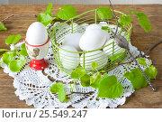 Белые куриные яйца в корзине на столе. Стоковое фото, фотограф Елена Лобовикова / Фотобанк Лори