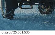 Wheel of tractor on the snow road (2017 год). Редакционное видео, видеограф Chudakov_Ivan / Фотобанк Лори