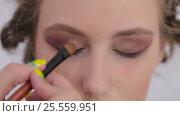 4 shots. Professional make-up artist applying eyeshadow. Стоковое видео, видеограф Aleksey Popov / Фотобанк Лори