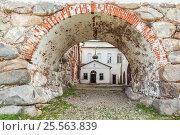 Купить «Германская церковь видна через арку в Соловецком монастыре», фото № 25563839, снято 27 августа 2013 г. (c) Дмитрий Тищенко / Фотобанк Лори