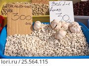 Купить «Белая фасоль и чеснок на рынке Белграда. Сербия», фото № 25564115, снято 17 марта 2016 г. (c) Охотникова Екатерина *Фототуристы* / Фотобанк Лори