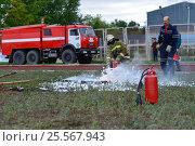 Купить «Соревнования по пожарному многоборью, пожарная эстафета с тушением горящей жидкости», фото № 25567943, снято 10 сентября 2016 г. (c) Геннадий Соловьев / Фотобанк Лори