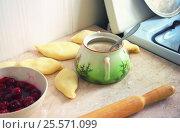 Кухонный стол с сахарницей и заготовками для вареников. Стоковое фото, фотограф Павел Бурочкин / Фотобанк Лори