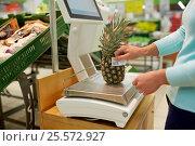 Купить «woman weighing pineapple on scale at grocery store», фото № 25572927, снято 2 ноября 2016 г. (c) Syda Productions / Фотобанк Лори
