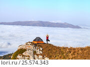 The girl is with a backpack in the mountains. Стоковое фото, фотограф Сергей Семенович Мальков / Фотобанк Лори