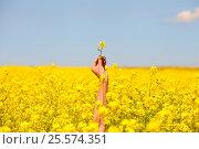 Field, flower in hand. Стоковое фото, фотограф Сергей Семенович Мальков / Фотобанк Лори