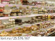 Купить «Торты и кондитерские изделия на витрине супермаркета», эксклюзивное фото № 25576167, снято 16 февраля 2017 г. (c) Юрий Морозов / Фотобанк Лори