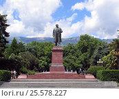 Купить «Памятник Ленину на набережной Ялты», фото № 25578227, снято 30 июня 2015 г. (c) Анатолий Заводсков / Фотобанк Лори