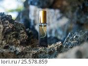 Флакончик духов на фоне скалы с водой. Стоковое фото, фотограф Elena Kucherenko / Фотобанк Лори
