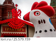 Купить «Дымковская игрушка установлена на Манежной площади города Москвы во время празднования Масленицы», фото № 25579159, снято 18 февраля 2017 г. (c) Николай Винокуров / Фотобанк Лори