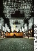 Москва, гирлянды на центральной аллее ВДНХ, эксклюзивное фото № 25580191, снято 17 февраля 2017 г. (c) Dmitry29 / Фотобанк Лори