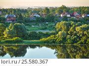 Летний пейзаж -  небольшая деревня в лесу возле реки ранним утром, вид с высоты, фото № 25580367, снято 28 июня 2015 г. (c) Зезелина Марина / Фотобанк Лори