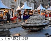 """Фонтан Террина (""""Супница"""") в Риме ранним вечером в конце декабря (2013 год). Редакционное фото, фотограф Николай Гусев / Фотобанк Лори"""
