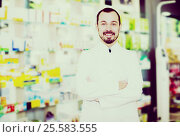 Купить «Male pharmacist displaying assortment of drugs», фото № 25583555, снято 14 декабря 2016 г. (c) Яков Филимонов / Фотобанк Лори