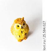 Купить «Маленькая игрушечная сова на белом фоне», фото № 25584027, снято 22 января 2019 г. (c) severe / Фотобанк Лори