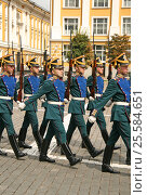 MOSCOW, RUSSIA - JULY 25, 2009: Kremlin Presidential Regiment, ceremony of changing of the Guard. Редакционное фото, фотограф Шилер Анастасия / Фотобанк Лори