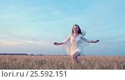 Купить «Smiling woman in a field», видеоролик № 25592151, снято 6 декабря 2016 г. (c) Raev Denis / Фотобанк Лори